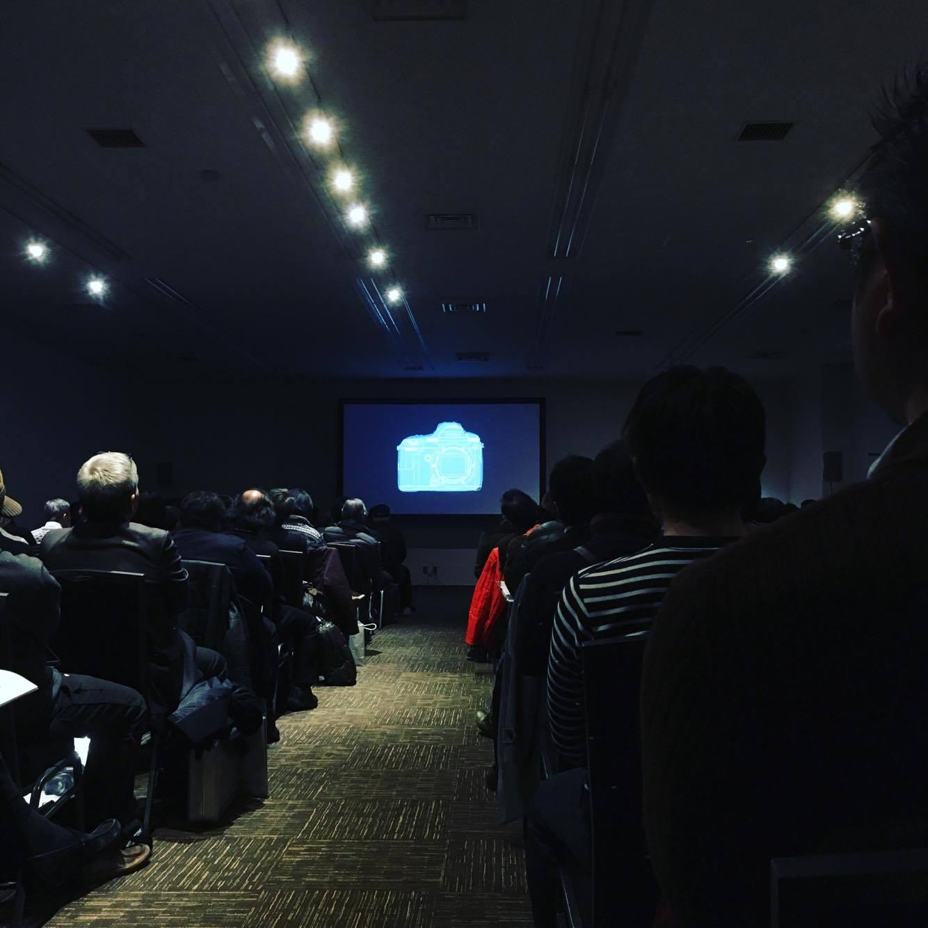製品説明会ではプロの方々が集まりじっくり話を聞いています。