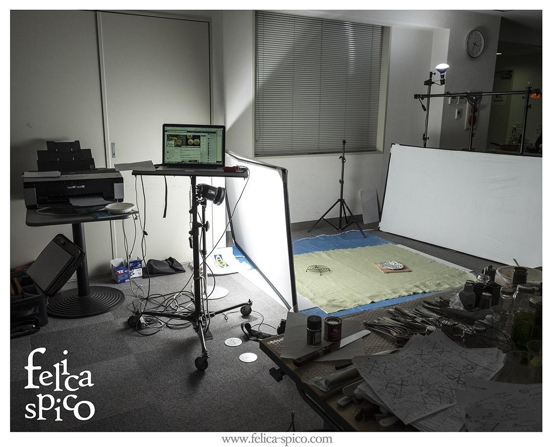 教室ではまずは小規模な撮影をお伝えしていますが、実際の仕事場は大掛かりになることもあります。でも大を知っているから小を伝えられるというのもあるのです。