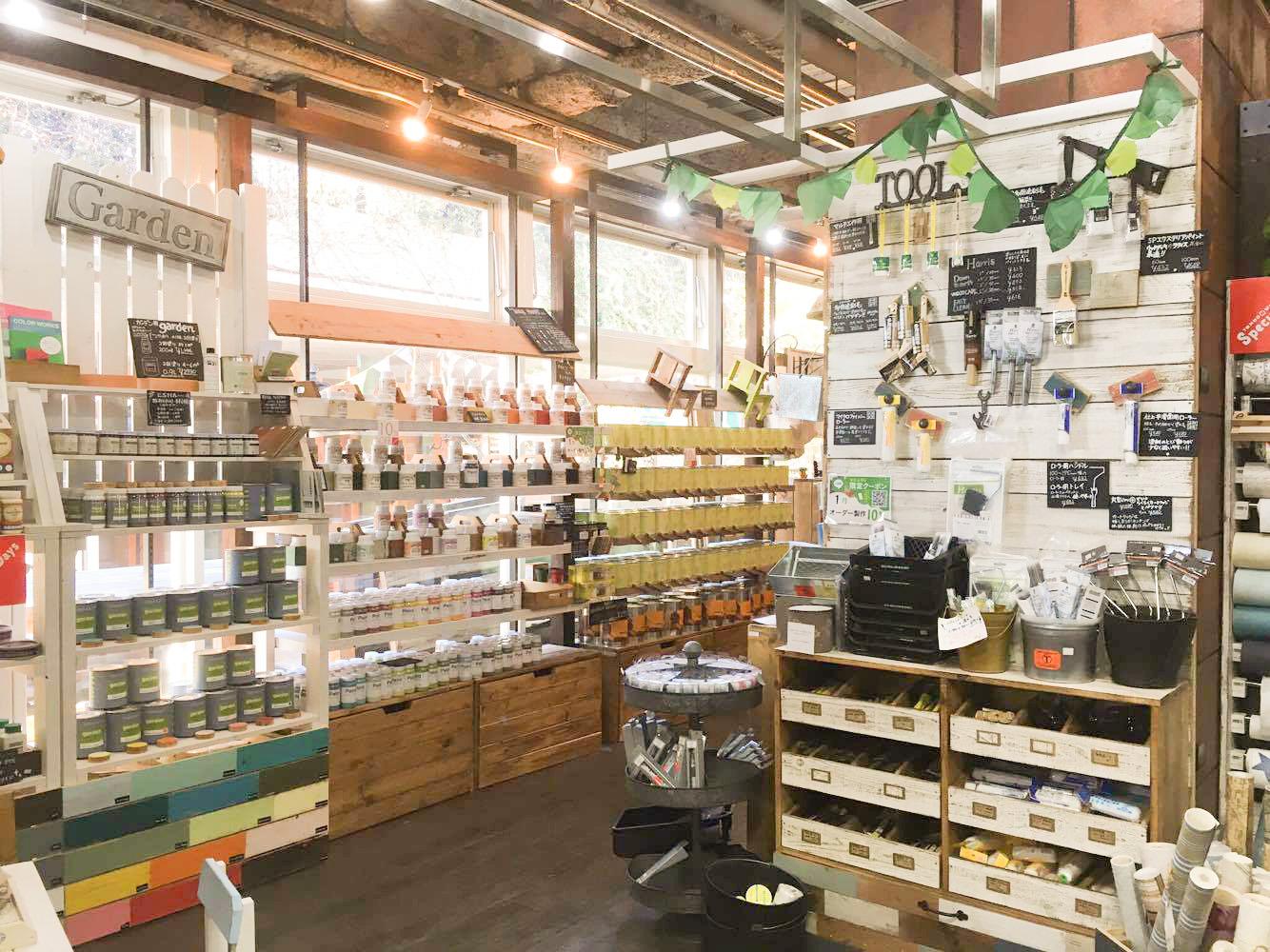 店内には、板やペンキ、引き出しの取っ手など様々な道具がずらり