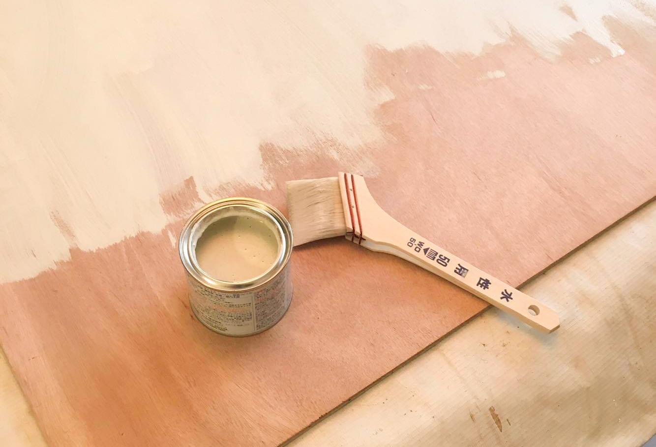まずは下地のペンキ塗りから。