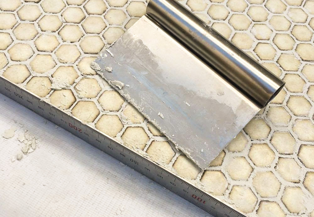 端の部分は金属定規を当てて、しっかり目自在が埋まるようにゴムベラではなくパン作りなどで使うカッターを使いました。