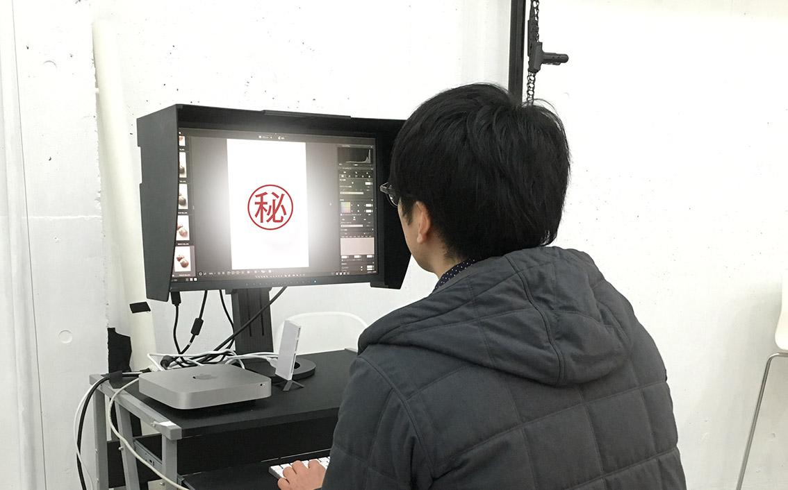 PCで確認しながら撮った写真をチェックしています。