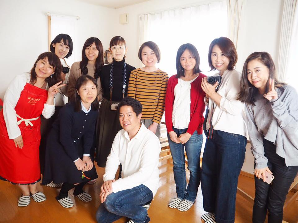 一番左の赤いエプロンのお方が坂本さんです。