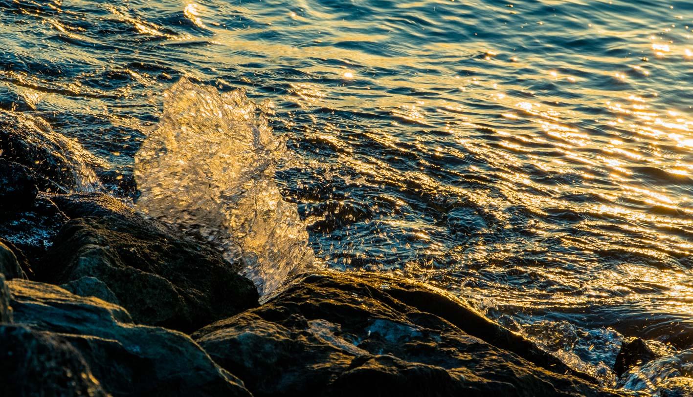朝日に照らされる波もまた一興